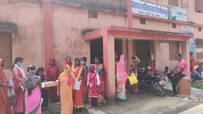 GPHD-didi-helping-villagers-to-fill-up-application-form